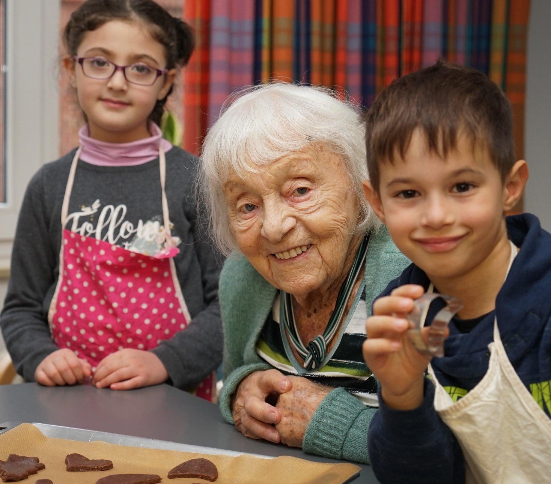 Senioren und Schüler backen gemeinsam in der Tagespflege